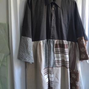 Unik og bæredygtig kjole fra LøsPåTråden - lavet af gamle skjorter. Passer mange str - alt efter hvor løs man ønsker den skal sidde. Brugt få gange, så god som ny💐  #30dayssellout