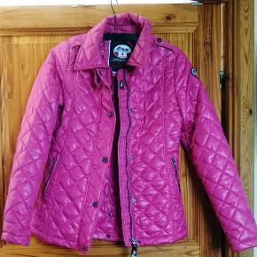 Termojakke fra Pajar. Den er lille i størrelse, det står M i jakke, men den passer bedre en S. I god stand.