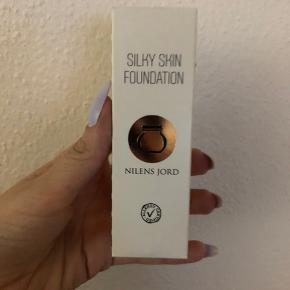 sælger denne silky skin foundation fra nilens jord, da jeg har købt mig en anden. den er brugt max 2 gange og er derfor næsten så god som nu, åbnet for under 2 uger siden  np 260  kom med bud den er i farven 564 neutral