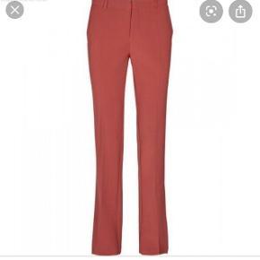 Bukser med lidt svaj i bene og slids  Style: Macy pants  De brugt en del, men stadig i en fin stand