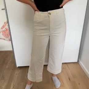 Hvide bukser ses på en str. s🌼 PS: Husk tilbud på overdele - køb 3 spar 30kr