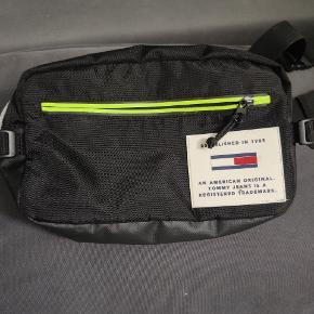 Cool mavebælte taske som er blevet brugt som skuldertaske.. Tror også den er beregnet til det.  Brugt 2 gange. Fremstår derfor som hel ny. Kostet 549 fra ny.