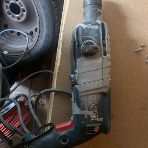 Bosch slagboremaskine. Sælges grundet køb af en på batteri. Den virker helt som den skal, dog er det blevet brugt.