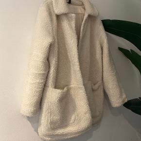 Lækker plys teddy jakke fra H&M. Kan desværre ikke passe den længere.