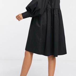 Den lækre kjole er med V-hals, Blouson-ærmer, og Manchetter med knapper Fremstillet af økologisk bomuld Str. 36 men kan også passes af en str. 38 Mp. Er 550 inkl porto !!!