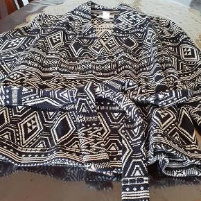 Brand: H&m Conscious Varetype: Super flot jakke kimono med binde bånd Farve: Hvid/Sort  Super flot jakke med binde bånd.                Bytter ikke respektere dette