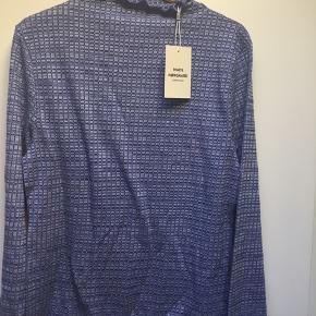 Klassisk Nørgaard bluse i viskoseblanding. Brystmål ca 100cm Længde ca 66cm