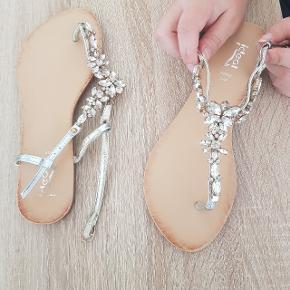 Fine sandaler med diamanter Str. 38 Brugt en gang  Afhentes i Aalborg
