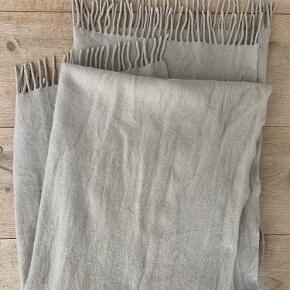 Stort lækkert uld /kashmir tørklæde fra COS.  Brugt 1-2 gange. Så er i rigtig fin stand.  Nypris 590,-