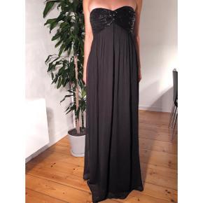 Smuk lang og elegant kjole! Perfekt til en fin anledning eller aften!   Kjolen er kun brugt to gange og fremstår derfor som ny! Nyprisen er 1.000 kr.