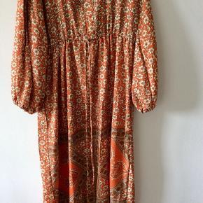 Smyk kjole i silke med bindebånd i taljen og ballon ærmer. Aldrig brugt, tags er pillet af. Den er angivet dom str S/M, men er loose i modellen, så vil mene det er en One size