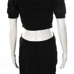 EKSTRA NEDSAT!!! Super smart mørkeblå/sort kjole med kort ærme fra Marc by Marc Jacobs - næsten 2-delt. Overdel og underdel hænger sammen midt for.   Billederne på gine er fra nettet og med for at vise i hel figur.  Kjolen er virkelig smart på!   Kan også bruges med en body eller top under hvis man ikke har lyst til at vise så meget hud.   Kjolen er dejlig at have på, stoffet er 100% bomuld, blødt og behageligt og med stræk. Målene er taget uden at strække stoffet.   Mål:   Bryst ca. 92   Talje ca. 84   Hofte ca. 100   Længde overdel ca. 40   Længde underdel ca. 53  Super smart kjole - næsten 2-delt Farve: Mørkeblå,   Sort Oprindelig købspris: 2200 kr.