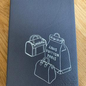 Helt ny notesbog med linieret papir .   ... kanterne er sølv og selve omslaget er i nærmest grålig skind . Så smuk og fin en gave til LV elskeren .  Den måler ca 14 x 19 cm  Pris 500 kr plus evt porto