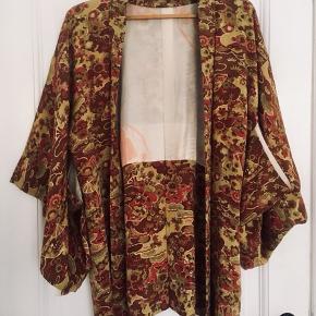 Vidunderlig traditionel japansk kimono i silke. Violette, pink, grønlige og mange andre farver.  Skriv for mere info byd endelig  Se også mine andre annoncer
