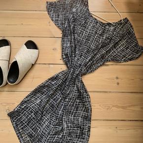 Second Female kjole🖤🤍 Luftig kjole som er god til varme sommeraftener☀️🌸 Kan bruges med eller uden et bælte (der er belt-loops i kjolen)🍒🍉 Overordnet i god stand. Dog lille tegn på slid et enkelt sted (se billede).
