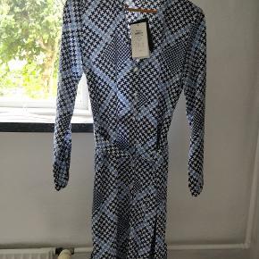 Mønstret kjole med bindebånd i samme mønster fra vero moda. Aldrig brugt