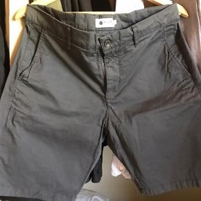 NN07 Crown Shorts i str. 32. Farven hedder Dark Grey. Brugt én gang. Vasket én gang. Nypris 700 kr.