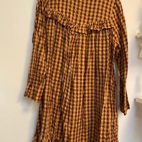 Kjolen er aldrig brugt, men har været vasket en enkelt gang i neutral vaskemiddel.
