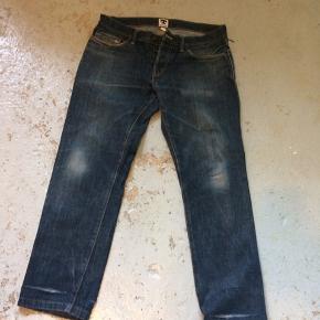 Slidte Tellason selvage jeans.  Size 32 lagt op til 31 Der hul ved ben forneden der, hvor der har været opsmøg.  Model, ladbroke grov.  12 oz.  Det er fra nogle af de første , så de er med håndstempler inde i.