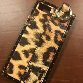 IPhone cover passer til iphone 7. Smart i leopard print og med håndtag, som kan bruges til fod. Kun brugt en enkelt aften.