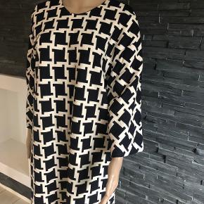 Ny smuk oversize kjole  Bryst 106 cm  Længde 87 cm  98% bomuld og 2% spandex Foret er acetat