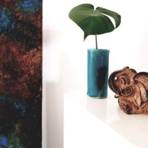 Skøn lille vase i stentøj. Fedeste farve. Ingen skår. Helt perfekt Cirka 15 - 18 cm høj.  Kan afhentes i Helsingør eller på Blegdamsvej efter aftale Annoncen fjernes med det samme ved salg således er det ikke nødvendigt at spørge hvorvidt det fortsat er til salg