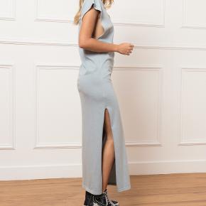 Lækker sommerblå bomuldskjole med slidser i hver side fra IRO. Det er en str. small, og kjolen har aldrig været brugt (købt før sommerferien, 2020). Den oprindelige købspris ligger på 1.800 kr. Min pris er 600 kr.