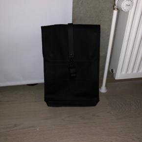 Fejlkøb af RAINS backpack Mini.   Købt for et år siden, og indså, da jeg havde taget prismærket af, at den var alt for lille.