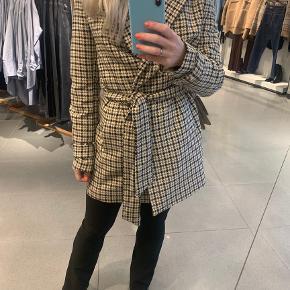 H&M blazer jakke med bindebånd str small  Brugt meget lidt og i helt ny og fin stand