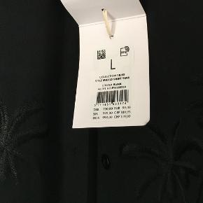 Flot gennemsigtig skjorte fra Samsøe&Samsøe i en str L. Den har aldrig været brugt og har stadig prisskilt. Der er fine palme broderinger på brystet.  Købsprisen var 700 kr  Køber betaler porto  Prisen er sat lavt så bud under bliver ikke besvaret.