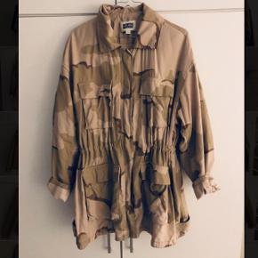 Fed oversize army-jakke fra Weekday.Kun brugt et par gange. Nypris 600kr