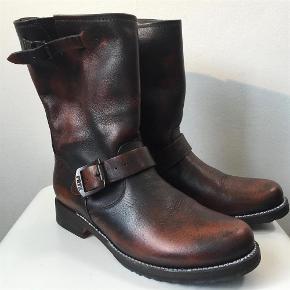 d8085e95 Varetype: Superlækre støvler Størrelse: US8/ EU38/5 Farve: Brun sort  Superlækre