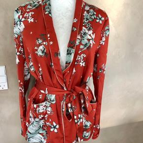 Super udsalg.... Jeg har ryddet ud i klædeskabet og fundet en masse flotte ting som sælges billigt, finder du flere ting, giver jeg gerne et godt tilbud.............. 🌸🌸🌸🌸🌸🌸🌸  Smuk Vila bluse str S  Aldrig brugt