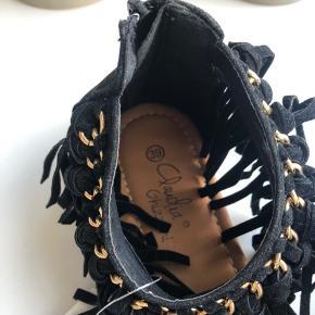 Fede sandaler med frynser. Er en størrelse 39, men passes også af 38 :-)  Aldrig brugt   Tjek også gerne mine andre opslag, for mere fedt og billigt tøj 💕