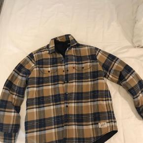 Brugt to gange og står som ny. Det er en overshirt/jakke med for. Den er meget varm.