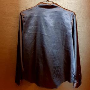 Flot skjorte i farven dark sapphire fra Samsøe & Samsøe. Kun brugt et par gange og helt uden slid/skader.