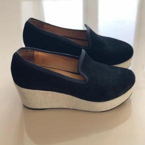 Brand: d . co Copenhagen Varetype: sko Farve: sort/hvid Oprindelig købspris: 2600 kr.  Kan ikke passe dem efter jeg har født