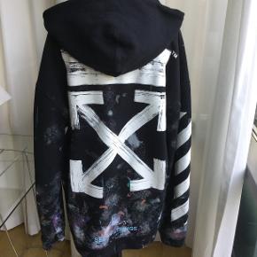 Off White Galaxy brushed hoodie. Str. L. Kondition 9/10. Meget velholdt. Kun brugt få gange, da den er købt for stor. Nypris 600 $ eller lidt over 4.000 DKK i 2017.