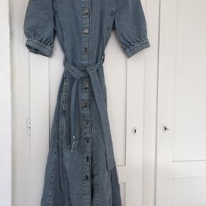 Rigtig fin denim kjole fra gestuz Kun brugt en gang.  Kan passe af størrelse 36-42 da bæltet kan tilpasses og har mange huller.   Skriv endelig for flere billeder eller ved spørgsmål.