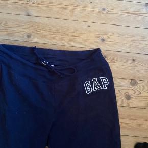 Fine mørkeblå sweatpants fra gap. Aldrig brugt. Str medium men fitter også en small. Ret dejlige og behagelige.