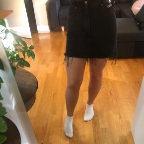 Vintage denim nederdel  Køb 3 af mine ting og få gratis fragt. Ellers ligges der 37kr oven i den pris som står:)