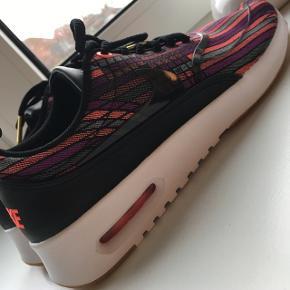 Helt nye Nike sko, i et fedt og anderledes design. De er aldrig nogensinde gået med, kun prøvet på.  Super fine sko, med små guld detaljer på snørebånd. Sælges kun på grund af forkert størrelse.   De er lidt små i størrelsen, derfor vil både 37 og 38 kunne passe ☺️