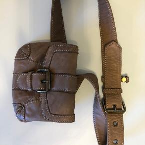 Fin lille bælte/cross over taske med magnet lukning