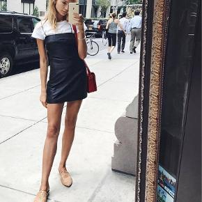 Flotteste og sødeste kjole, desværre for lille til mig😔har købt kjolen her på trendsales, og jeg har derfor tilladt mig at bruge nogle af hendes billeder. Som det ses på et af billederne, er der blevet syet et ekstra stykke på for oven, ved brystet, men ikke noget man ser. Da jeg desværre ikke kan passe den og derfor ikke har brugt den, tillader jeg mig derfor også at sælge den til samme pris, som hende☺️ spørg gerne efter flere billeder