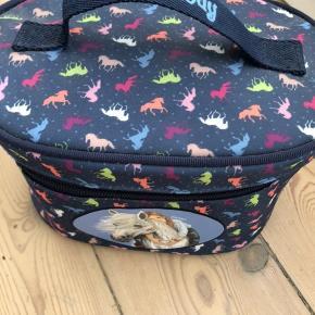 Fin toilet taske har kun stået til pynt så meget fin stand. Åbnes med lynlås i top