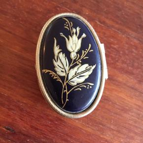 Skøn lille pilleæske med smukke detaljer