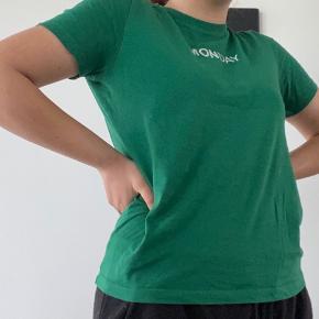 """Grøn t-shirt med citatet """"monday"""". Skriv privat for flere billeder og detaljer. Prisen kan forhandles. 3 for 2 på hele min profil"""