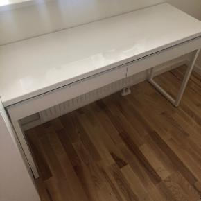 Sælger dette skrivebord fra Ikea - hvid, højglans. Bordet er stort set ikke brugt, blot til opbevaring i skufferne. Bud modtages gerne 😊