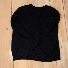 Tætsiddende sweater fra Bershka.  Sælger den da jeg ikke får den brugt. Den er i helt perfekt stand. Der er små knapper på ærmerne (kan ses på billede 2).