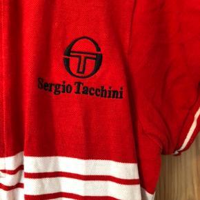 Sælger denne sporty røde kjole fra Sergio Tacchini. Den er str. m. Men vil sige at den kan passes af mindre også. Den er købt brugt ja dog ikke brugt den så meget selv. Se det sidste billede for slid på kraven. Den sælges som den ses på billederne.